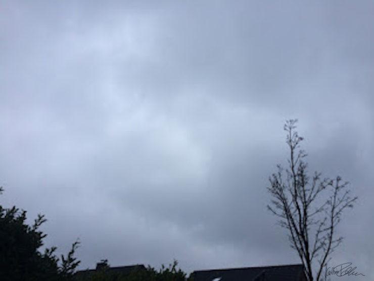 grauer Wolkenhimmel ohne Bewegung