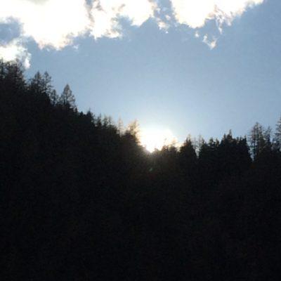 Sonnen- Licht hinter den Bergen