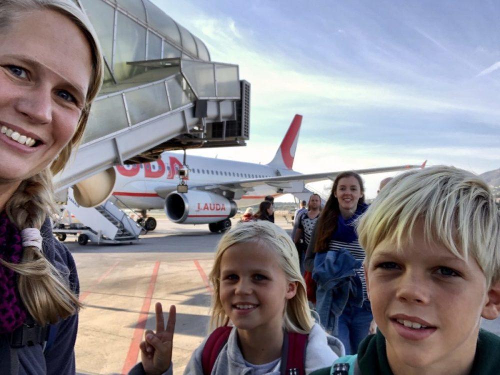 Kathrin und die Kinder kommen am Flughafen in Malaga an