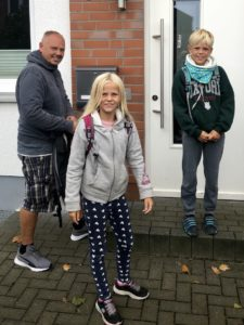 Tom und die Kinder vor unserer Haustür in Deutschland