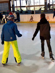 Kiran und sein Freund auf dem Eis