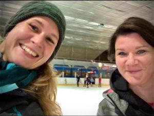 Eine Freundin und ich in der Eishalle