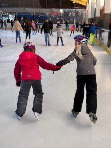 Solana und ihre Freundin auf dem Eis
