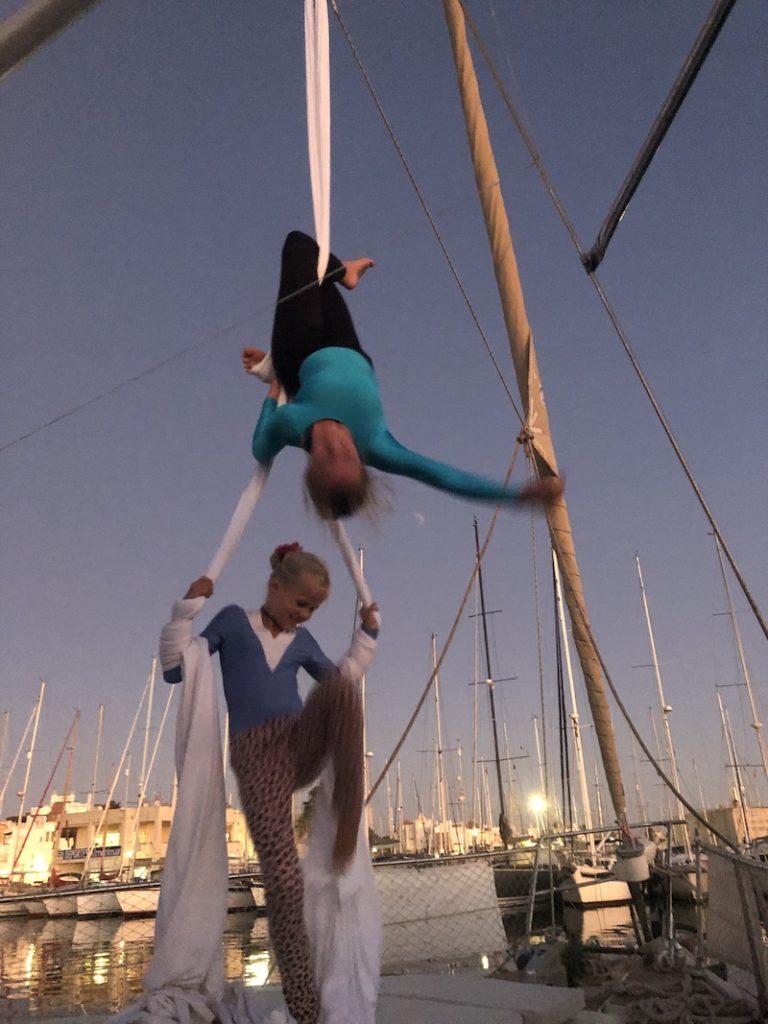 Solana und Rowan machen Aerial Silks