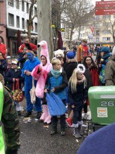 Die Kinder stehen am Karnevalsumzug im Februar 2020