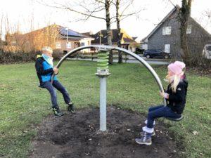 Kiran und Solana auf eine Wippe