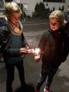 Kiran und Solana mit Kinderfeuerwerk