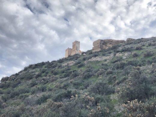 Eine Ruine auf einem Hügel in der Tabernaswüste