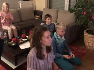 Kiran und Solana spielen mit Freunden an der Nintendo Switch