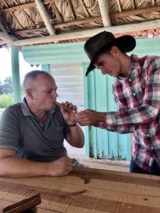 Tom probiert eine Zigarre aus