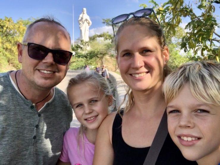 Familienbild und im Hintergrund die Christusstatue von Casablanca