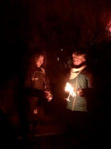 Kiran und sein Freund mit Kinderfeuerwerk
