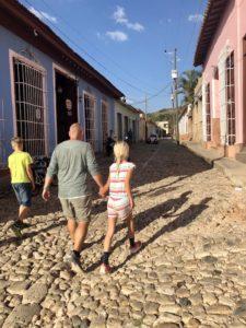 Tom und die Kinder auf einer Kopfsteinpflasterstraße in Trinidad