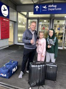 Tom und die Kinder am Flughafen