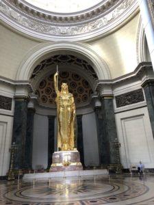 Goldene Statue im Capitolio