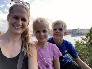 Kathrin, Solana und Kiran in Casablanca vor der Skyline von Havanna