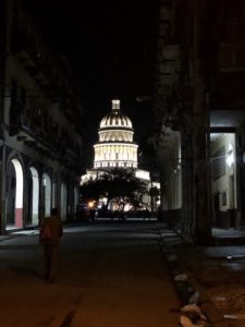 Das beleuchtete Capitolio bei Nacht