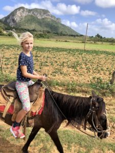 Solana hoch zu Ross im Viñales Tal