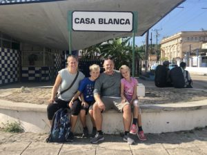 Familienbild vor dem Casablanca Schild
