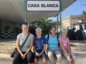 Kathrin, Kiran, Katja und Solana vor dem Casa Blanca Schild