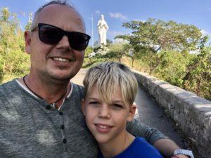 Tom und Kiran vor der Christusstatue in Casablanca