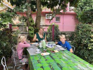 Frühstück im Garten unserer Unterkunft in Viñales