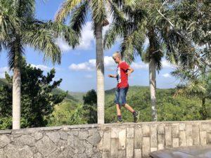 Kiran balanciert auf einer Mauer in Las Terazzas