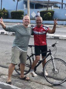 Tom mit dem netten Rennradfahrer, der uns zur Tankstelle geführt hat
