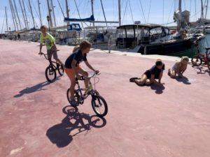 Kinder spielen auf dem Pontoon