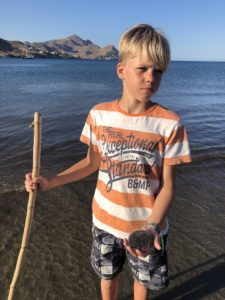 Junge mit Seeigel